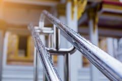 Os trilhos molhados de aço inoxidável sob as gotas da chuva imagem de stock royalty free