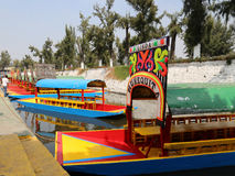 Os trjineras famosos ou os barcos da parte inferior lisa do xochimilco, Cidade do México fotografia de stock