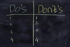 Os ts de Do ou de Don 'escritos com conceito do giz da cor no quadro-negro imagens de stock