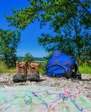 Os Turismo-pares do vinho de caminhar sapatas na grama cercaram o vineya Imagens de Stock Royalty Free