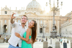 Os turistas acoplam-se pela Cidade do Vaticano em Roma Foto de Stock