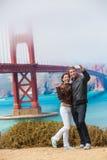 Os turistas acoplam a tomada da foto San Francisco do selfie imagem de stock royalty free