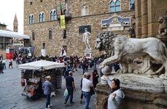Os turistas admiram estátuas em Florença, Itália Foto de Stock Royalty Free