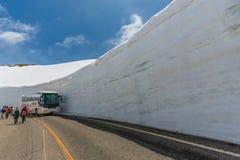 Os turistas andam ao longo do corredor da neve em Tateyama Kurobe Rou alpino Fotografia de Stock