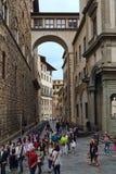 Os turistas andam em histórico em Florença, Itália Imagens de Stock