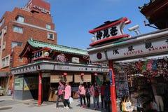 Os turistas andam em Nakamise Dori são uma rua Imagem de Stock Royalty Free