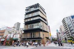 Os turistas andam em torno do centro de turista da cultura de Asakusa no distrito de Asakusa, Tóquio, Japão feito por Kengo Kuma fotos de stock royalty free