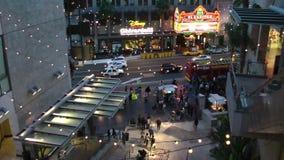 Os turistas andam na caminhada de Hollywood da fama sobre CERCA de 2014 em Hollywood, Los Angeles - Califórnia filme