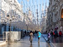 Os turistas andam na rua decorada de Nikolskaya foto de stock royalty free