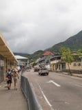 Os turistas andam nas ruas da cidade de Victoria Foto de Stock