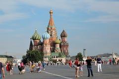 Os turistas andam no quadrado vermelho em Moscou Imagens de Stock