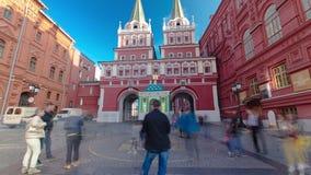 Os turistas andam no quadrado vermelho perto do ramo do vídeos de arquivo