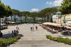 Os turistas apreciam a atmosfera de Piazza Duomo de Ravello Costa de Amalfi - Italy imagens de stock royalty free