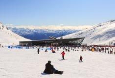 Os turistas apreciam esquiar e snowboarding Foto de Stock Royalty Free