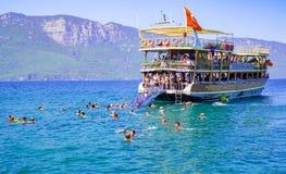 Os turistas apreciam a excursão diária do barco Imagens de Stock