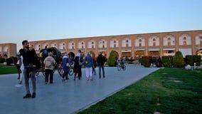 Os turistas apreciam a noite no quadrado de Naqsh-e Jahan em Isfahan video estoque