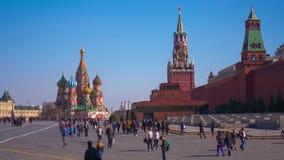 Os turistas aproximam a catedral da manjericão do St A catedral da manjericão do St no quadrado vermelho em Moscou, timelapse video estoque