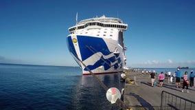 Os turistas aproximam o navio de cruzeiros video estoque