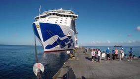 Os turistas aproximam o navio de cruzeiros filme