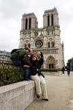 Os turistas aproximam o Notre Dame de Paris Fotos de Stock