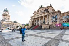 Os turistas aproximam a sala de concertos em Berlim Fotografia de Stock