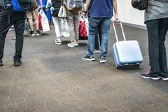 Os turistas asiáticos puxaram a pertença no aeroporto internacional para o plano na entrada imagens de stock royalty free