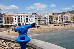 Os turistas binoculares perto da praia Fotografia de Stock
