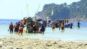 Os turistas chegam na praia, ilha de Surin estão em MU Koh Surin National Park, Phang Nga, Tailândia o 21 de fevereiro de 2016 Imagens de Stock