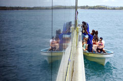 Os turistas chegam para recorrer em uma das ilhas Fiji de Yasawa Fotografia de Stock