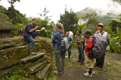 Os turistas começ a lição histórica em Ciudad Perdida imagens de stock