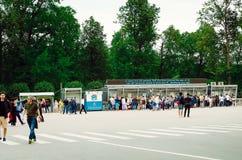Os turistas compram bilhetes para a excursão a Peterhof em St Petersburg foto de stock royalty free