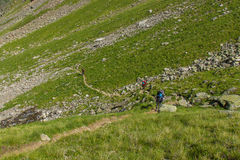Os turistas da montanha seguem o trajeto nas montanhas de Cáucaso Foto de Stock