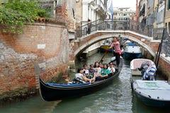 Os turistas de Ásia estão flutuando em uma gôndola Veneza, Italy Fotos de Stock