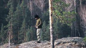 Os turistas do homem viajam na natureza a aventura do outono turismo exterior do homem do curso do conceito do turista do estilo  vídeos de arquivo