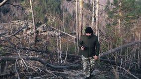Os turistas do homem viajam na natureza a aventura do outono turismo exterior do homem do curso do conceito do turista do estilo  video estoque