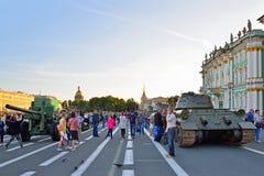 Os turistas e o equipamento militar no palácio esquadram no dia do memor Fotografia de Stock Royalty Free