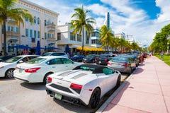 Os turistas e os carros do luxo no oceano conduzem em Miami Beach Fotografia de Stock