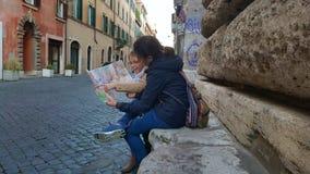 Os turistas em de pedra assentam, através de Giulia, Roma, Itália fotos de stock royalty free
