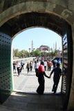 Os turistas em Hagia dianteiro Sófia e em Sultanahmed Arkeolojik estacionam em Istambul Imagem de Stock