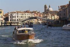 Os turistas em uma água taxi em Veneza Foto de Stock