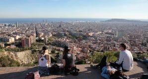 Os turistas encontram-se para olhar opiniões de Barcelona do monte próximo fotos de stock
