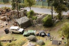 Os turistas eram acampando eles vão acampar em uma barraca foto de stock royalty free