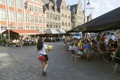 Os turistas esperam a cerveja no café exterior na cidade belga de ghent Imagem de Stock Royalty Free