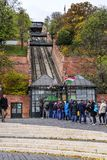 Os turistas esperam na linha para comprar bilhetes para o teleférico Budapest, Hungria imagens de stock