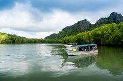 Os turistas esperam no barco no lago em Langkawi Foto de Stock Royalty Free