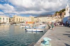 Os turistas esperam seu navio na ilha de Lipari foto de stock