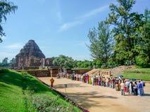Os turistas esperaram ao visitado o templo do sol na Índia imagens de stock royalty free