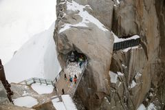 Os turistas estão andando na ponte nas montanhas imagens de stock royalty free