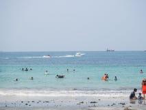 Os turistas estão descansando no mar Fotos de Stock Royalty Free