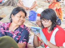Os turistas estão descansando no mar Foto de Stock